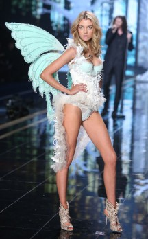 rs_634x1024-141202130454-634.Stella-Maxwell-VS-Fashion-Show-120214